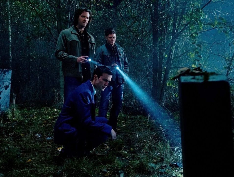 Können die Toten Henry (Gil McKinney, vorne), Sam (Jared Padalecki, hinten l.) und Dean (Jensen Ackles, hinten r.) wichtige Informationen liefern? - Bildquelle: Warner Bros. Television