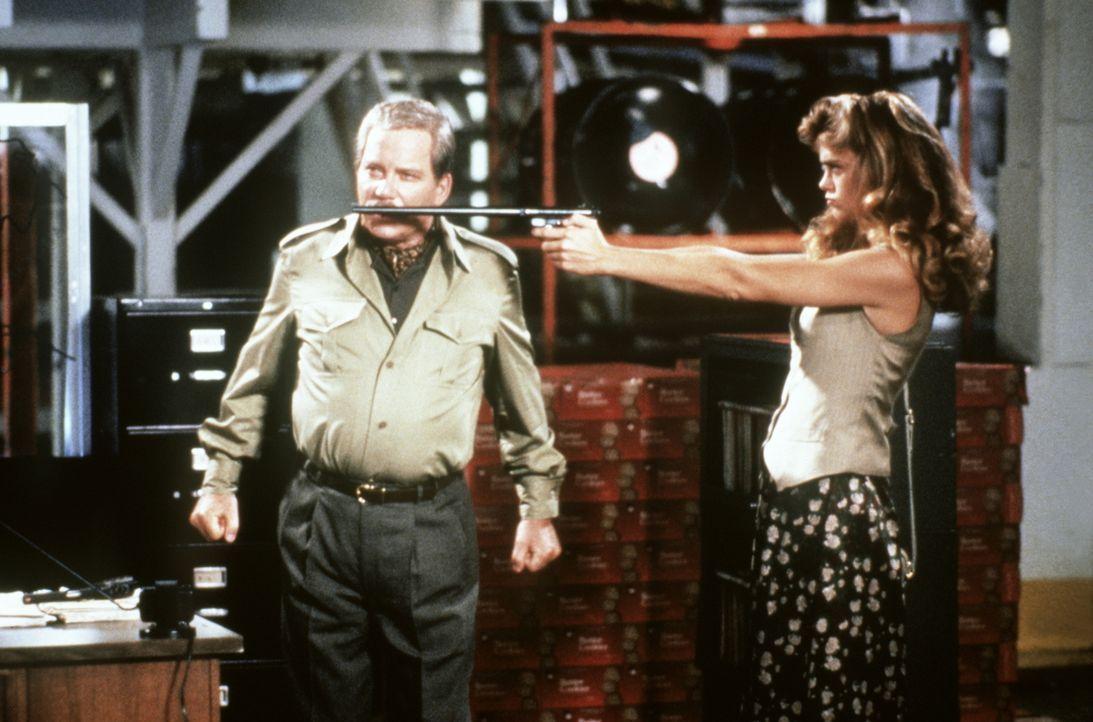 Destiny (Kathy Ireland, r.) im Clinch mit dem Gangster Curtis Mortars (William Shatner, l.) ... - Bildquelle: Warner Brothers