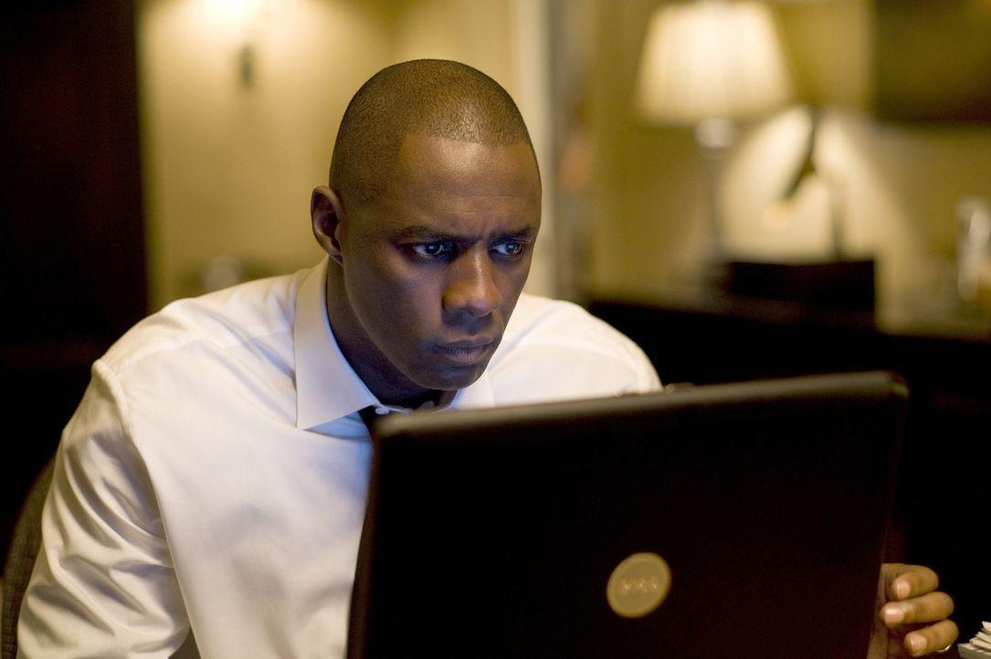 Eines Tages stellt der erfolgreiche Fondmanager Derek Charles (Idris Elba) eine neue Sekretärin ein, die sich schon bald in den glücklich verheira... - Bildquelle: 2009 Screen Gems, Inc. All Rights Reserved.