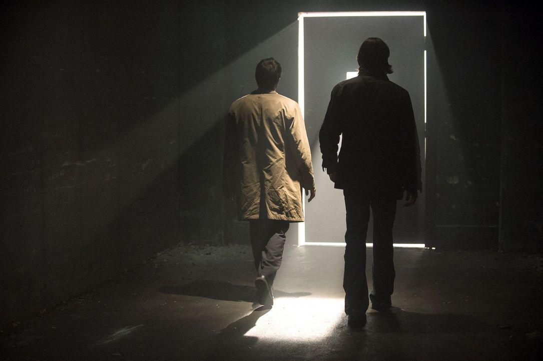 Noch ahnen Castiel (Misha Collins, l.) und Sam (Jared Padalecki, r.) nicht, was sie in einer verlassenen Fabrikhalle finden werden ... - Bildquelle: 2013 Warner Brothers