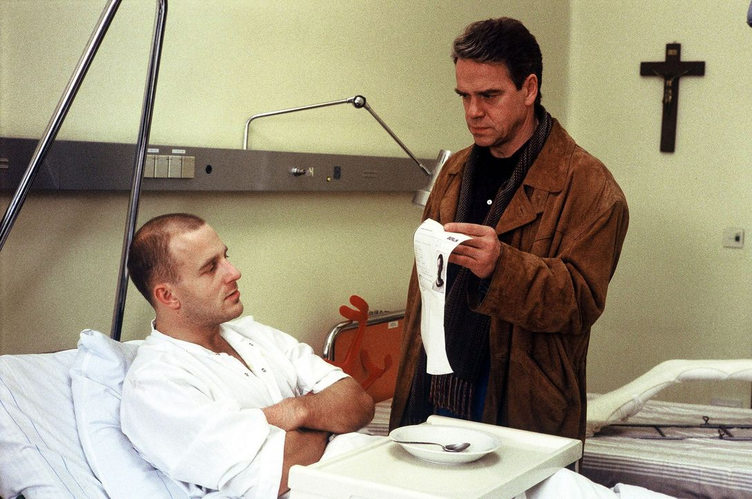 Kommissar Wolff (Jürgen Heinrich, r.) besucht Franz Opitz (Heino Ferch, l.) im Krankenhaus und lässt sich von ihm einen Verdacht bestätigen ... - Bildquelle: Alfred Raschke Sat.1