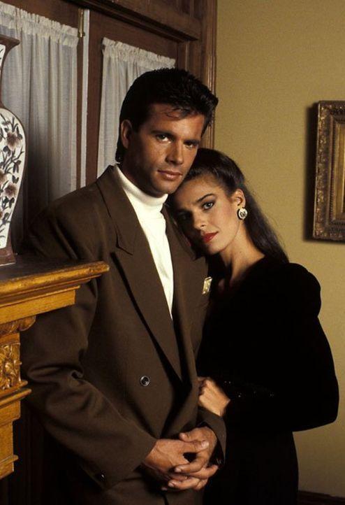 (9. Staffel) - Obwohl Pilar (Kristian Alfonso, r.) alles versucht, Lance (Lorenzo Lamas, l.) von ihren Gründen für den Seitensprung zu überzeugen, v... - Bildquelle: 1989   Warner Brothers
