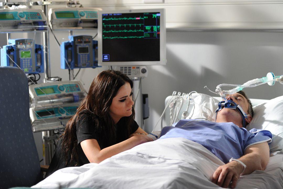Eleanor (Alexandra Park, l.) macht sich große Sorgen um ihren Vater, König Simon (Vincent Regan, r.), während Cyrus weiter an seinem Plan, endlich d... - Bildquelle: Stuart Wilson 2014 E! Entertainment Media, LLC