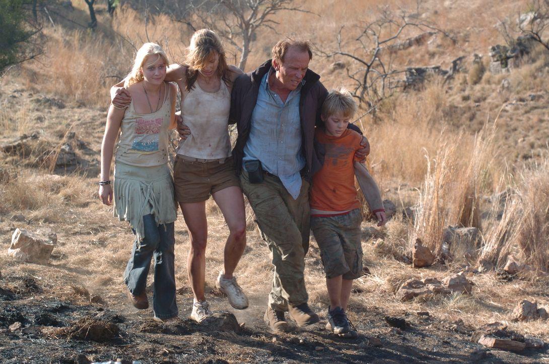 Im Visier eines ausgehungerten Löwenrudels: (v.l.n.r.) Jessica (Carly Schroeder), Amy (Bridget Moynahan), Tom (Peter Weller) und David (Connor Dowds...