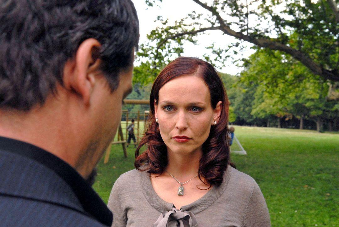 Juliane (Beate Maes, r.) versucht Kommissar Keller (Fritz Karl, l.) gegenüber das Verschwinden von Sebastian zu verharmlosen ... - Bildquelle: Petro Domenigg Sat.1