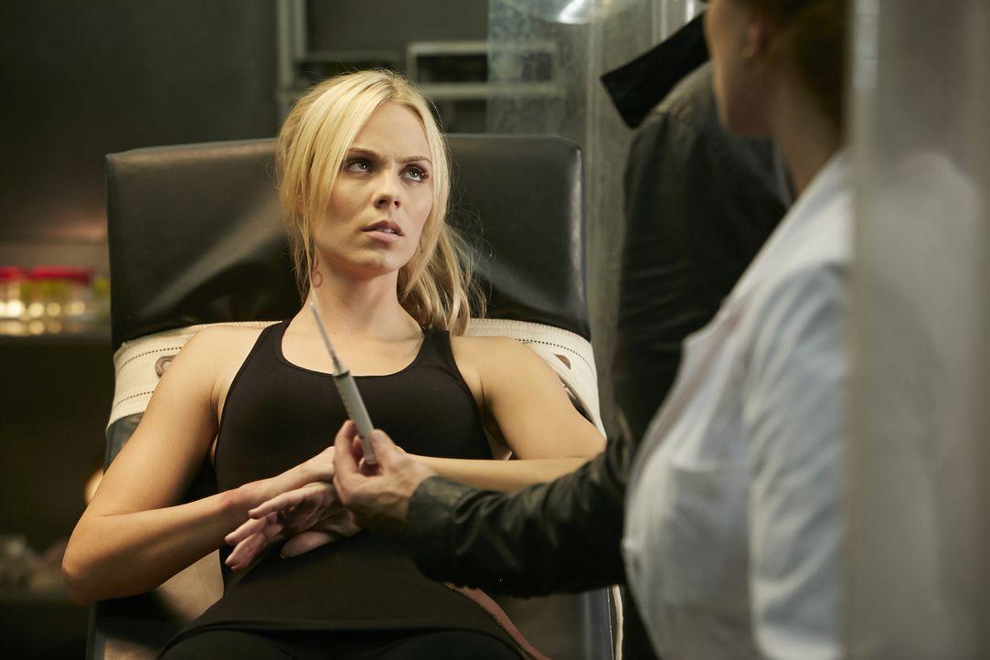 Elena (Laura Vandervoort) wacht in einem seltsamen Untersuchungsraum auf, nicht ahnend, was die Ärzte mit ihr vor haben ... - Bildquelle: 2015 She-Wolf Season 2 Productions Inc.