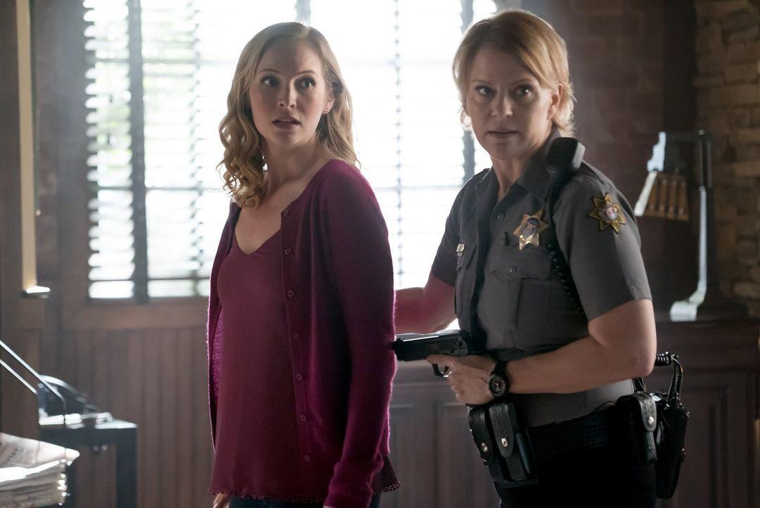 In Damons Kopf trifft Caroline (Candice King, l.) auf ihre tote Mutter, doch das Zusammentreffen mit Sheriff Forbes (Marguerite MacIntyre, r.) verlä... - Bildquelle: Warner Bros. Entertainment, Inc.