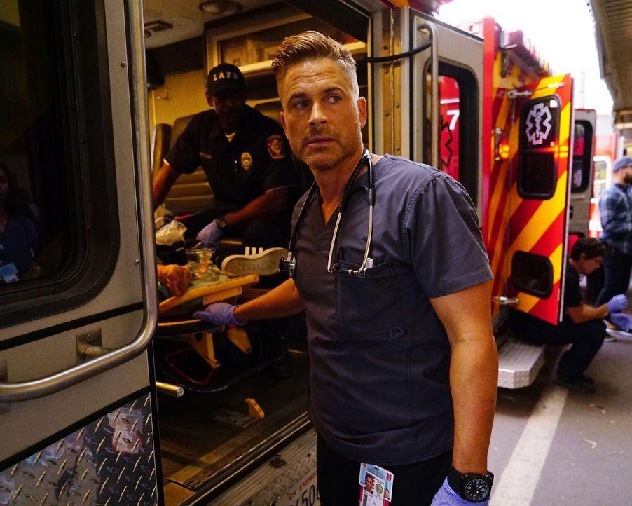 Während Willis (Rob Lowe) unter vollem Körpereinsatz versucht, die Überlebenden eines Schulbusunglücks zu retten, bangt Angus um das Leben seines Br... - Bildquelle: Richard Cartwright 2015 ABC Studios
