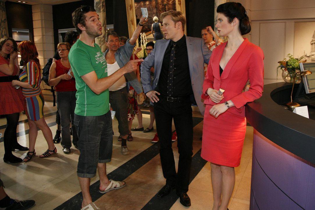 Es droht ein Eklat in der Lobby: Philip (Philipp Romann, M.) und Gina (Elisabeth Sutterlüty, r.) - Bildquelle: SAT.1