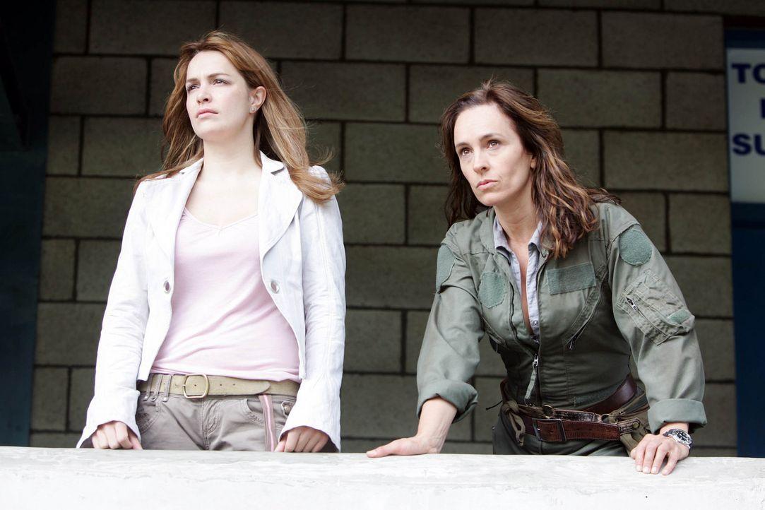 Helen (Juliet Aubrey, r.) und die anderen werden von Claudia (Lucy Brown, l.) vor gefährlichen Säbelzahnkatzen gewarnt ... - Bildquelle: ITV Plc