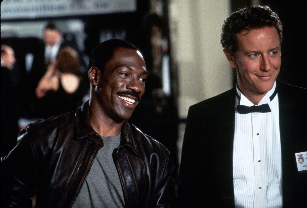 Charmant gehen der Quassel-Cop Axel (Eddie Murphy, l.) und L.A.-Cop Billy (Judge Reinhold, r.) dem miesen Sicherheitschef von dem Freizeitpark Wonde... - Bildquelle: Paramount Pictures