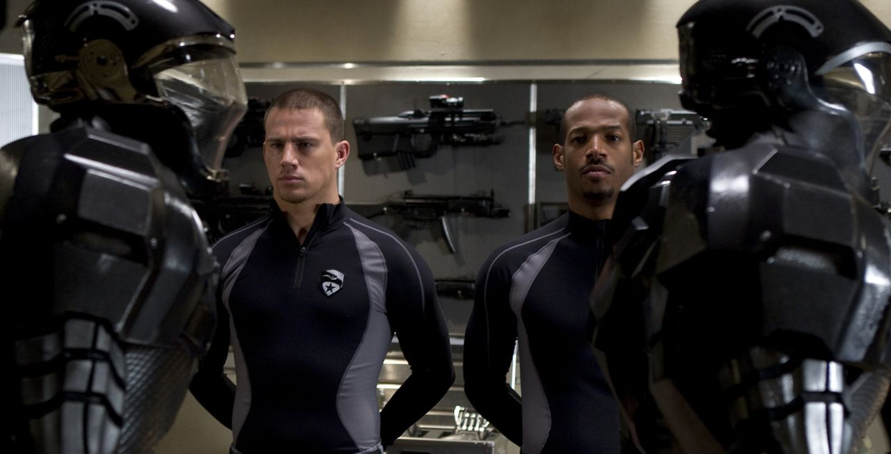 Geraten in die Hände der G.I. Joes: die beiden Elitesoldaten Duke (Channing Tatum, l.) und Ripcord (Marlon Wayans, r.) ... - Bildquelle: 2009 Paramount Pictures Corporation. All Rights Reserved. Reserved.
