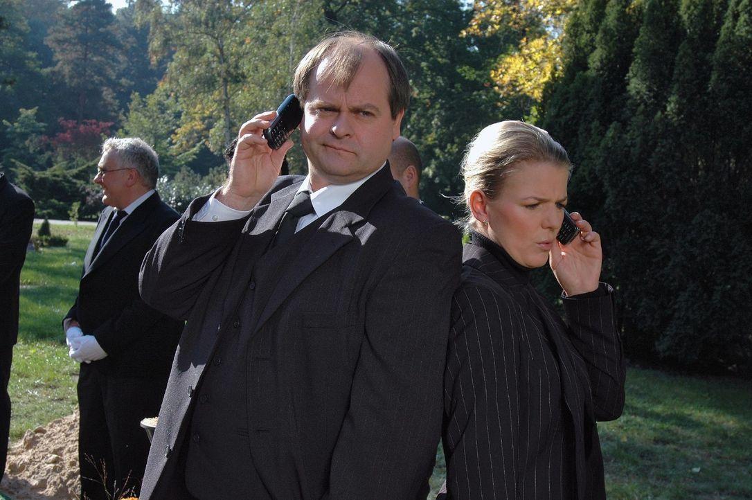 Markus (Markus Majowski, l.) und Mirja (Mirja Boes, r.) erleben ein recht skurriles Begräbnis. - Bildquelle: Sat.1