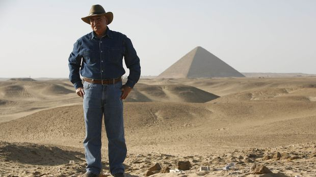 Ein Kamerateam begleitet den berühmten Archäologen und Ägyptologen Dr. Zahi H...