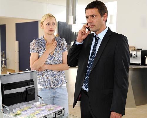 Karin bangt um Stefan, der sich angespannt zur Lösegeldübergabe aufmacht ... - Bildquelle: Christoph Assmann - Sat1