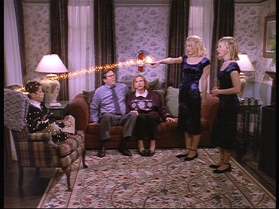 Mr. Birckhead (Daniel Hagen, 2.v.l.) und seine Frau (Myra Turley, M.) haben sich gewünscht, dass Valerie (Lindsay Sloane, 2.v.r.) ist wie Sabrina (... - Bildquelle: Paramount Pictures
