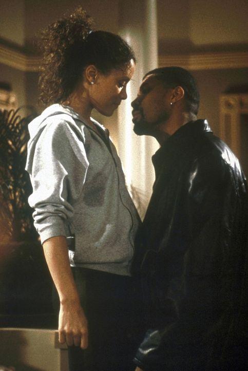 Benton (Eriq La Salle, r.) und Cleo (Michael Michele, l.) kommen sich näher. - Bildquelle: TM+  2000 WARNER BROS.