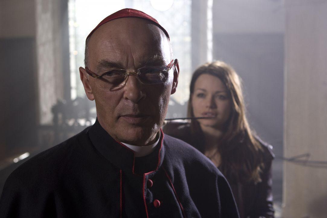 Hat sich aus eitler Machtgier dem Bösen verschrieben: der skrupellose Kardinal Rhades (James Faulkner) ... - Bildquelle: Olaf R. Benold ProSieben