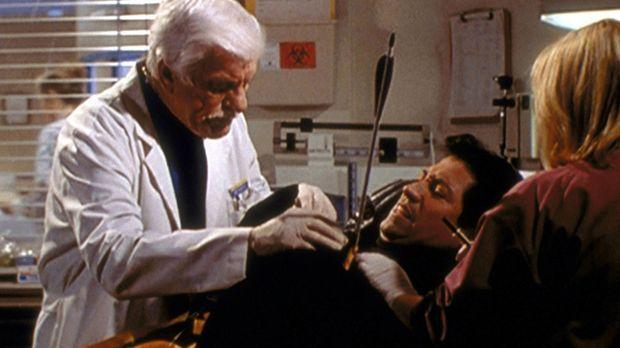 Mark (Dick Van Dyke, l.) und eine Assistentin operieren den maskierten Magier...