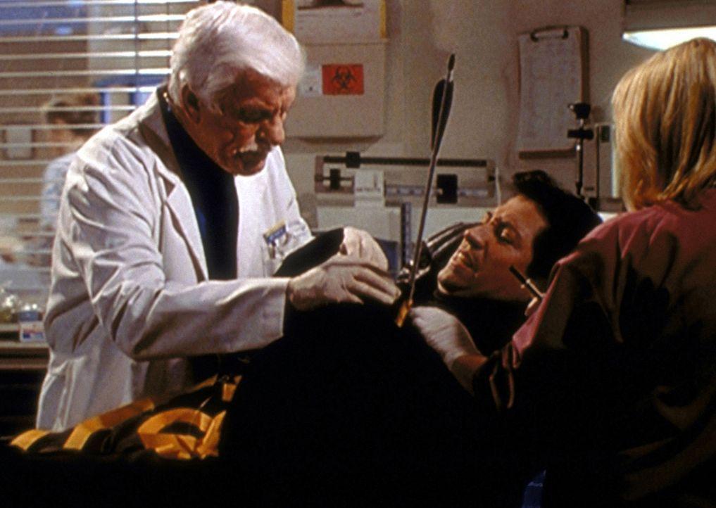 Mark (Dick Van Dyke, l.) und eine Assistentin operieren den maskierten Magier, der bei der Präsentation eines Zaubertricks von einem Pfeil getroffen... - Bildquelle: Viacom