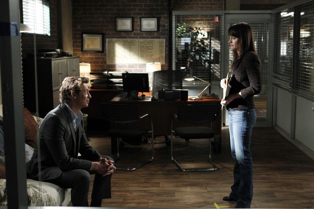 Ein neuer Fall beschäftigt Patrick Jane (Simon Baker, l.) und Teresa Lisbon (Robin Tunney, r.) ... - Bildquelle: Warner Bros. Television