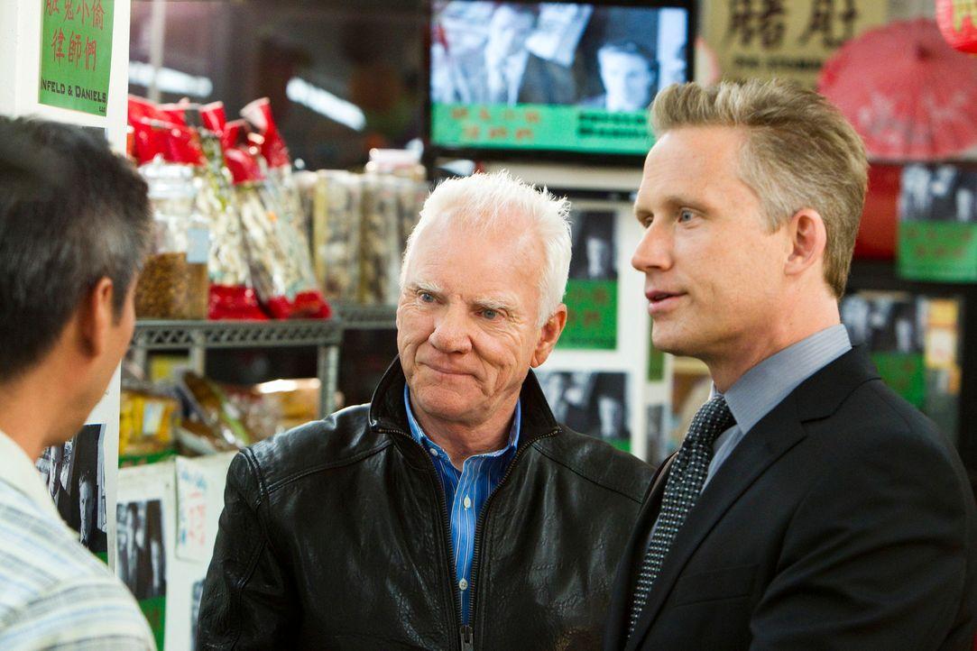 Nachdem die Anwälte Franklin und Bash sich in Chinatown wie die Elefanten im Porzellanladen benommen haben, versucht Infeld (Malcolm McDowell, M.) g... - Bildquelle: 2011 Sony Pictures Television Inc. All Rights Reserved.