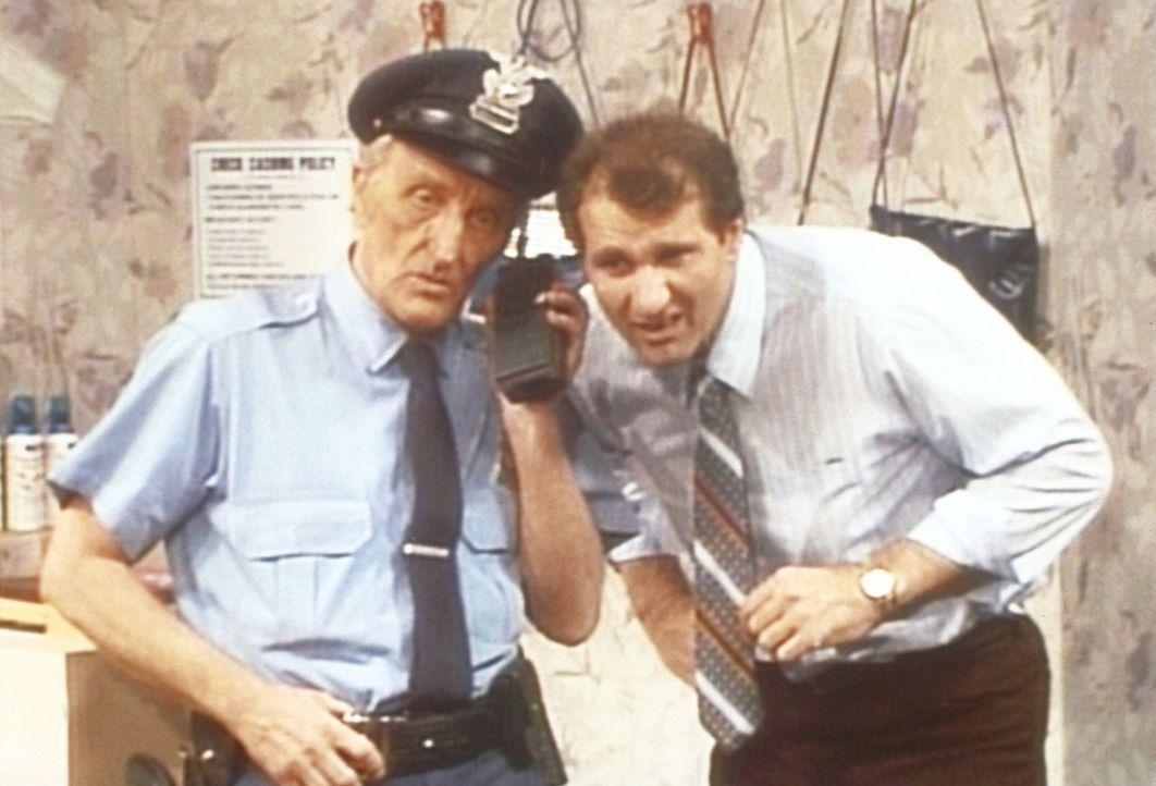 Al (Ed O'Neill, r.) hat mit Kündigung gedroht und hofft nun, dass der Sicherheitsmann (Billy Beck, l.) eine gute Nachricht für ihn hat. - Bildquelle: Columbia Pictures