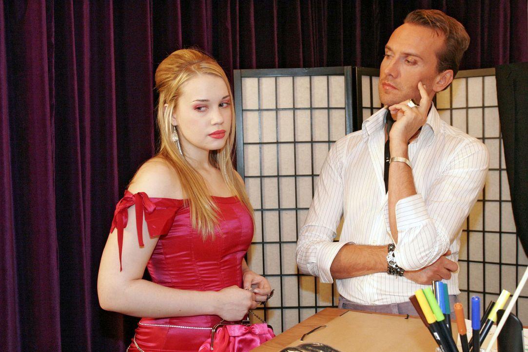 """Kim (Lara-Isabelle Rentinck, l.) wird von Hugo (Hubertus Regout, r.) in einem Kleid erwischt, dass sie sich aus der Kollektion """"geliehen"""" hat. - Bildquelle: Monika Schürle Sat.1"""