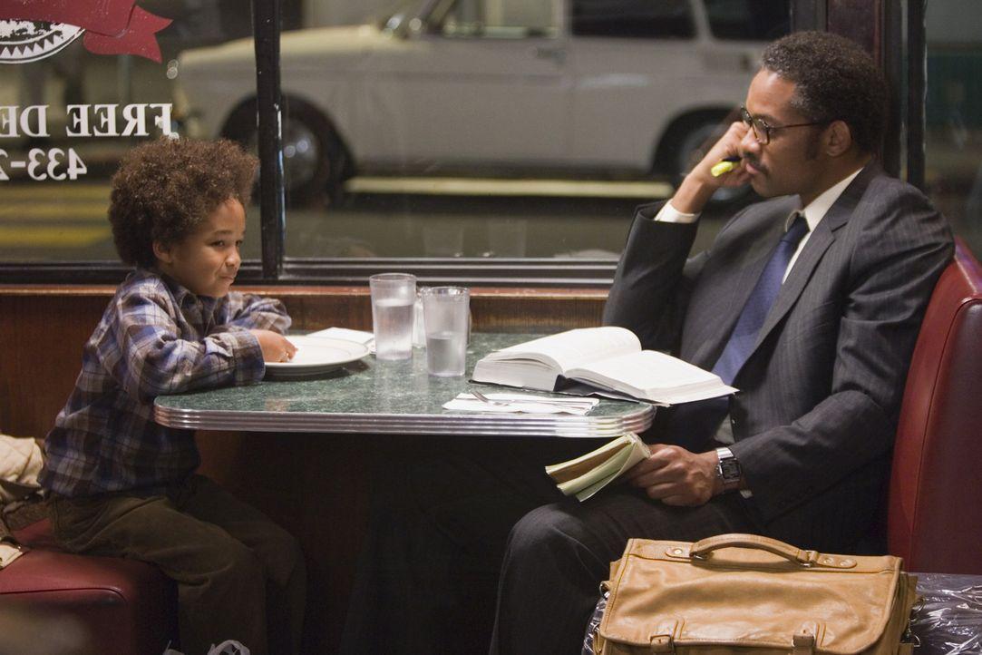 Im Heim für Obdachlose ist für heute Nacht kein Zimmer mehr frei. Für Chris (Will Smith, r.) und seinen kleinen Sohn Christopher (Jaden Smith, l.) b... - Bildquelle: METRO-GOLDWYN-MAYER STUDIOS INC. All Rights Reserved.