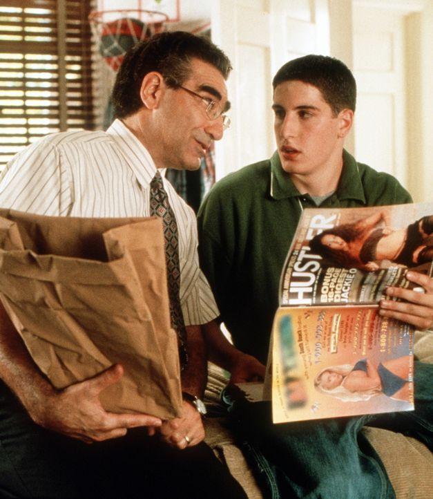In sexuellen Dingen ist der Vater (Eugene Levy, l.) von Jim (Jason Biggs, r.) recht freizügig. Doch auch dies bringt Jim seinem Ziel nicht unbeding... - Bildquelle: Constantin Film