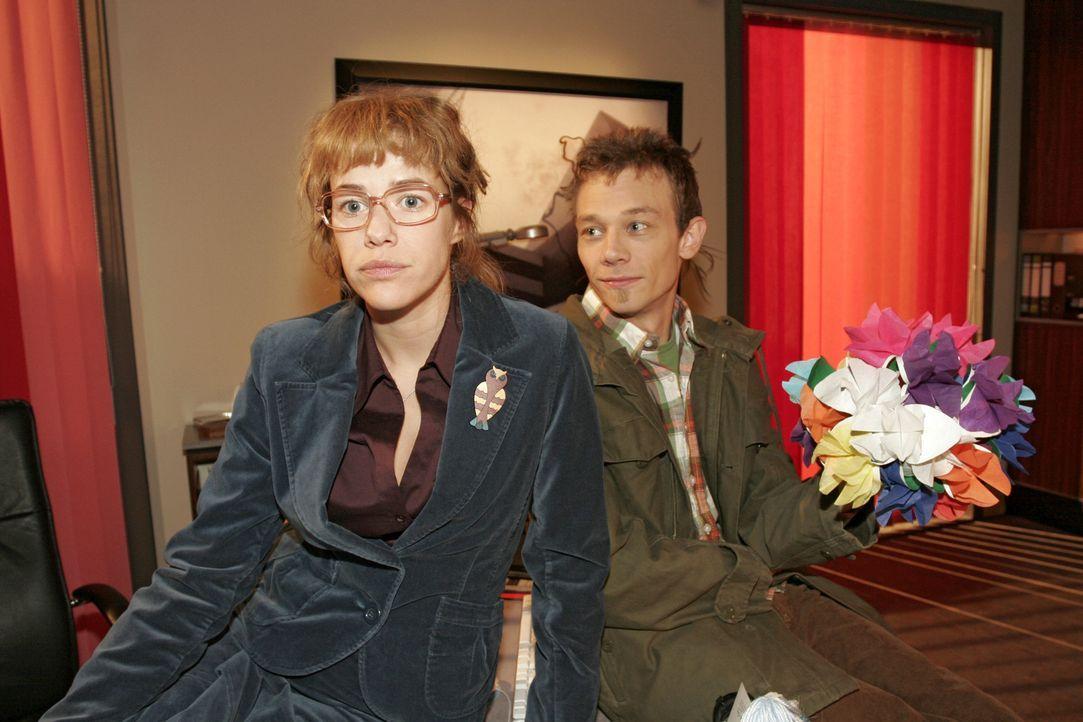 Lisa (Alexandra Neldel, l.) erzählt Jürgen (Oliver Bokern, r.), dass Rokko nun bei Kerima Moda bleibt, weil David sich davon hinsichtlich Mariella V... - Bildquelle: Noreen Flynn Sat.1
