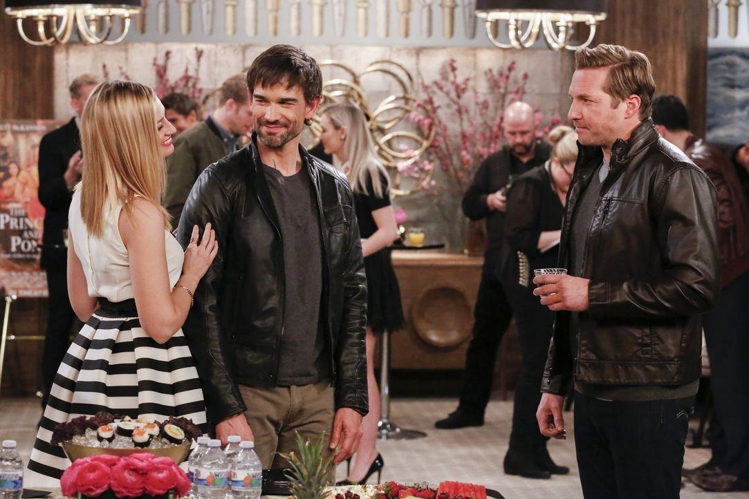 Wird Caroline (Beth Behrs, l.) wirklich zu Bobby (Christopher Gorham, M.) halten, obwohl ihr Exfreund Andy (Ryan Hansen, r.) ihr schöne Augen macht? - Bildquelle: Warner Bros. Television