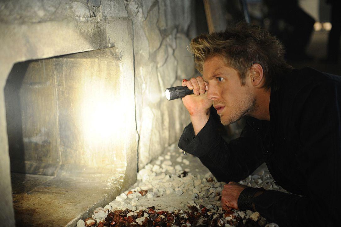 Sully (Matt Barr) sucht einen Weg von der Insel zu kommen, und somit dem sicheren Tod zu entgehen. Doch wird er es schaffen? - Bildquelle: 2009 CBS Studios Inc. All Rights Reserved.