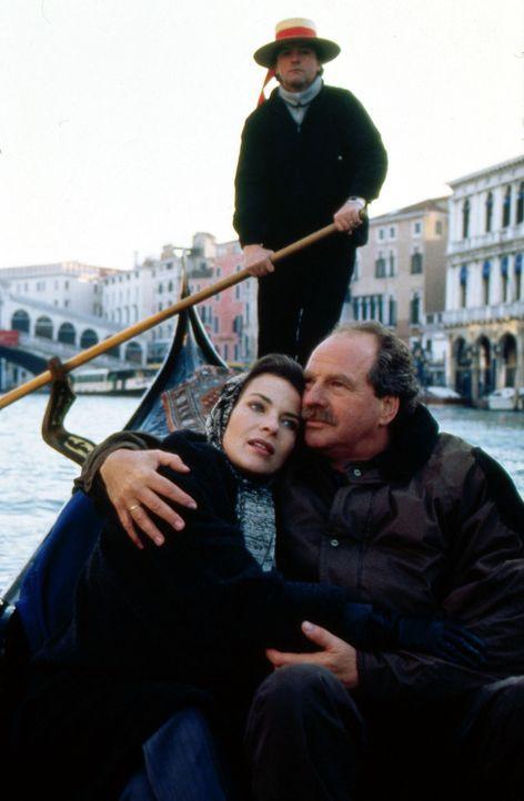 Julia Struck (Gudrun Landgrebe, l.) und ihr Mann Stefan (Friedrich von Thun, r.) versuchen, auf ihrer Reise nach Venedig wieder zueinander zu finden... - Bildquelle: Sat.1/Zinner