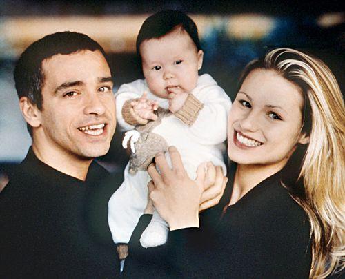 1997 mit Eros Ramazzotti und der gemeinsamen Tochter Aurora. - Bildquelle: dpa