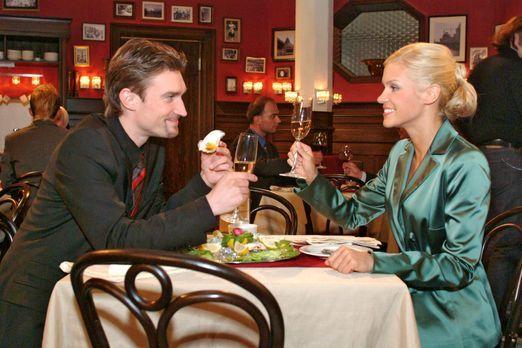Verliebt in Berlin - Ausgelassen feiern Richard (Karim Köster, l.) und Sabrin...