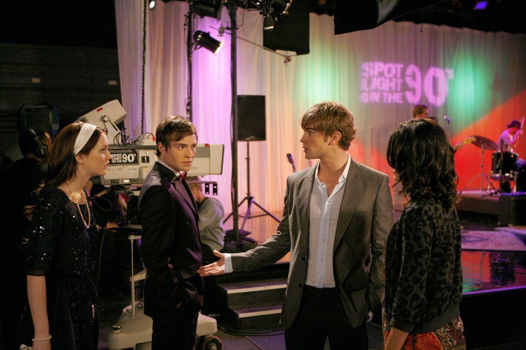 Während sich Nate (Chace Crawford, 2.v.r.) mit Vanessa (Jessica Szohr, r.) bei Rufus' Auftritt trifft, halten Blair (Leighton Meester, l.) und Chuc... - Bildquelle: Warner Bros. Television