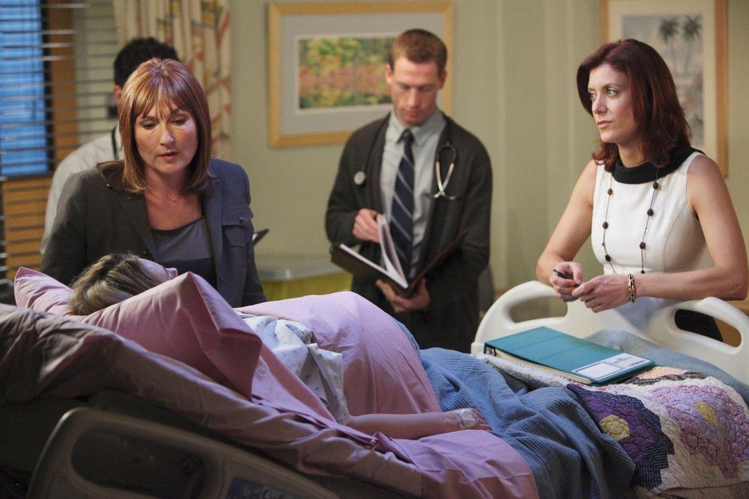 Als die berühmte Neurochirurgin Dr. Ginsberg (Nora Dunn, l.) mit ihrem Team ans St. Ambrose kommt, um das Leben von Kayla (Monica Keena, liegend) z... - Bildquelle: ABC Studios