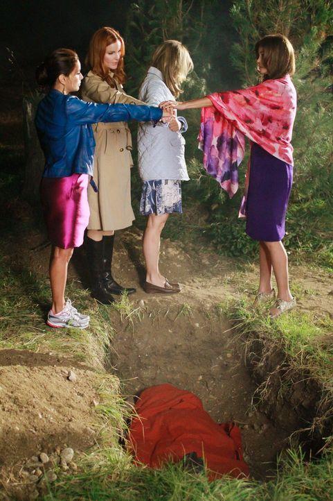 Ein dunkles Geheimnis verbündet die Freundinnen: Lynette (Felicity Huffman, 2.v.r.), Bree (Marcia Cross, 2.v.l.), Gabrielle (Eva Longoria, l.) und S... - Bildquelle: Touchstone Pictures
