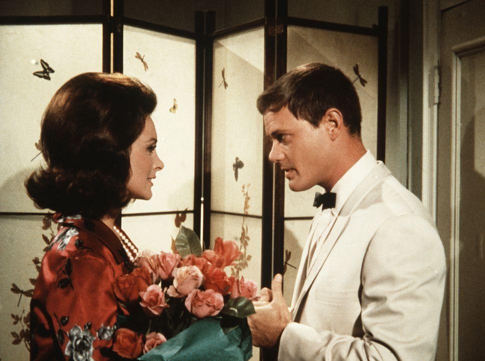 Tony (Larry Hagman, r.) besucht seine alte Jugendfreundin Joan (Joan Patrick, l.) und ahnt nicht, in welche Schwierigkeiten ihn dieser Besuch bringe... - Bildquelle: Columbia Pictures