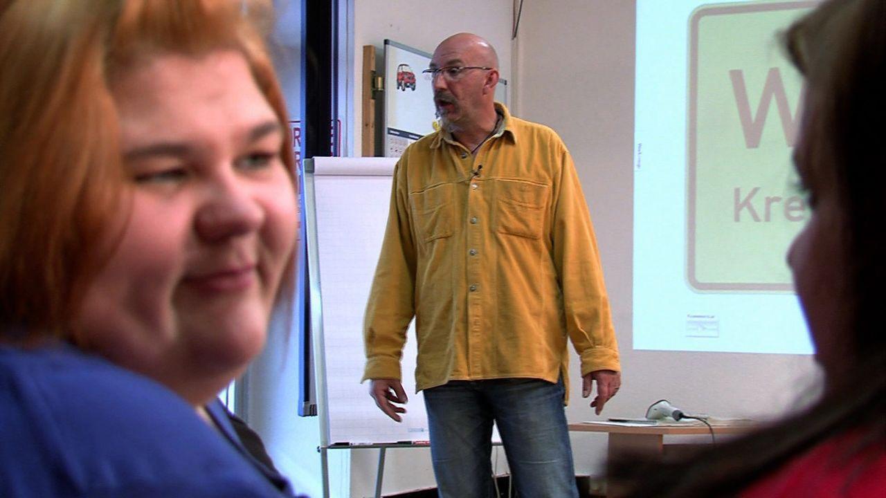Schnell hat Eileen (l.) ein Auge auf ihren Fahrlehrer Jürgen (M.) geworfen und will ihn unbedingt verführen ... - Bildquelle: SAT.1