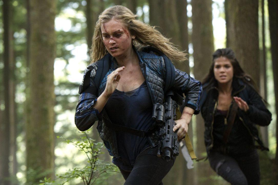 Clarke (Eliza Taylor, l.) und Octavia (Marie Avgeropoulos, r.) sehen die Grounder nicht mehr als ihre Feinde an, doch eine Tat lässt die Spannungen... - Bildquelle: 2014 Warner Brothers