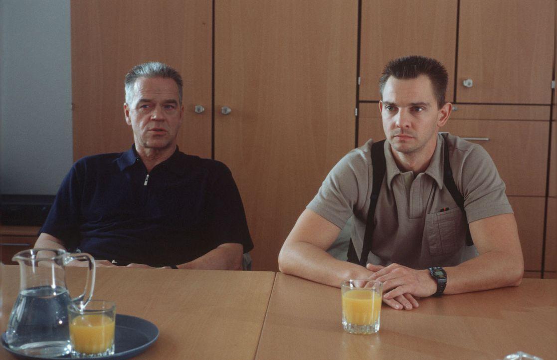 Kommissar Wolff (Jürgen Heinrich, l.) und Tom Borkmann (Steven Merting, r.) nehmen an einem Seminar zum Thema Drogen teil. - Bildquelle: Alfred Raschke Sat.1