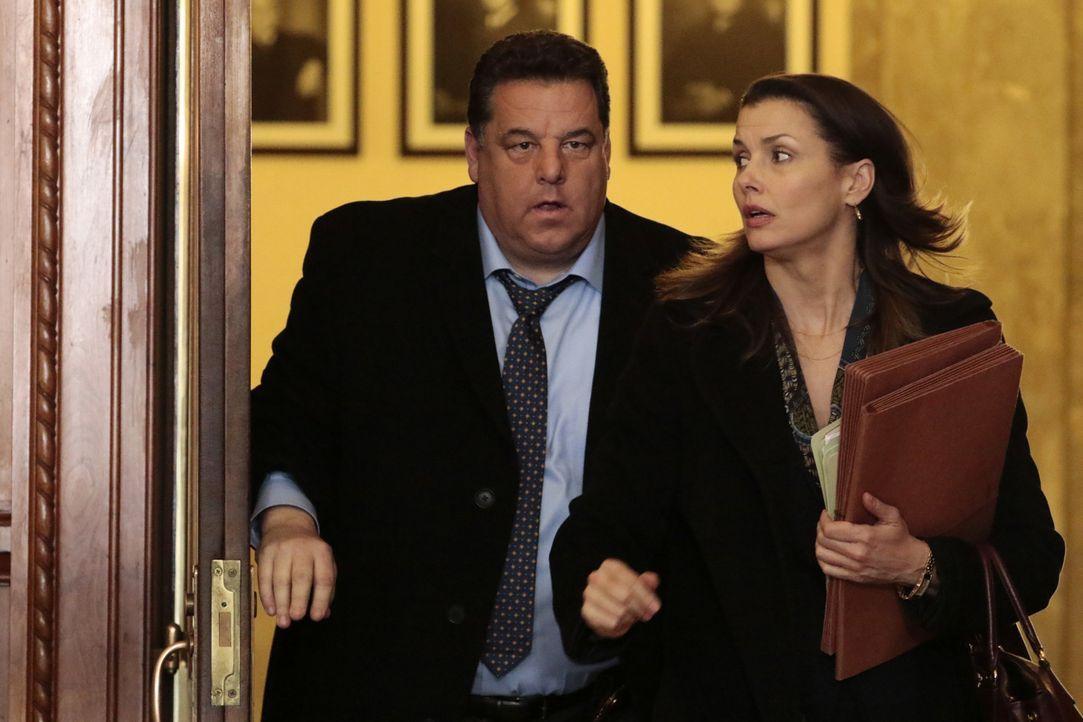Erin (Bridget Moynahan, r.) und Anthony (Steve Schirripa, r.) haben ein Problem: Ihr einziger Zeuge, der einen Mord beobachtet hat, erscheint nicht... - Bildquelle: Giovanni Rufino 2016 CBS Broadcasting Inc. All Rights Reserved