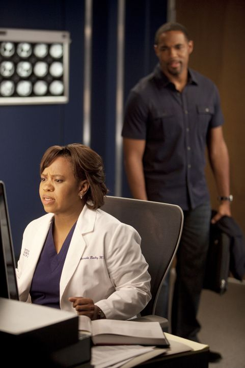 Während Ben (Jason Jorge, r.) etwas Besonderes für Bailey (Chandra Wilson, l.) plant, die jedoch durch ihre Arbeit abgelenkt ist, feiern die Assiste... - Bildquelle: Touchstone Television