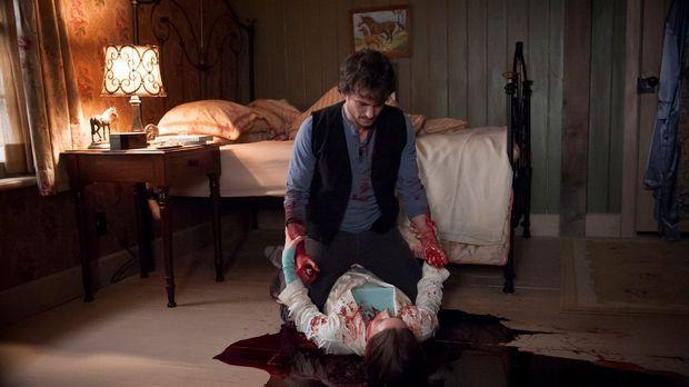 Hannibal - Ehe sich Will (Hugh Dancy, hinten) versieht, macht er sich an der...