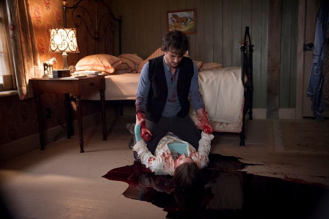 Ehe sich Will (Hugh Dancy, hinten) versieht, macht er sich an der Leiche von Beth LeBeau (Hilary Jardine, liegend) zu schaffen. Oder hat er sie etwa... - Bildquelle: Brooke Palmer 2013 NBCUniversal Media, LLC