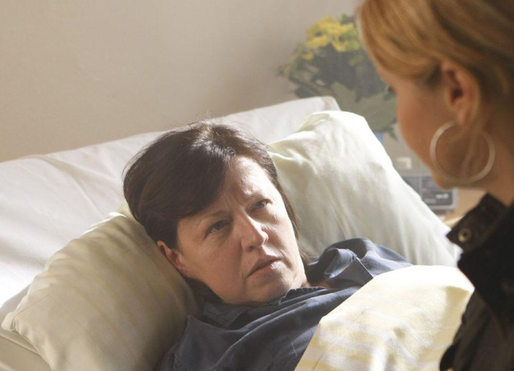 Danni (Annette Frier, r.) ist verzweifelt, denn Svens Mutter (Ingrit Dohse, l.) hat ihr ganz deutlich gemacht, dass sie sich lieber das Leben nehmen... - Bildquelle: SAT.1