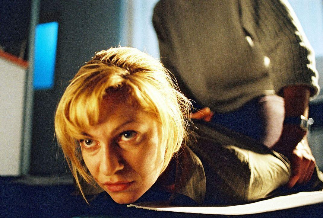 Susanna Beckert (Lisa Martinek, l.) wird von dem Feuerteufel festgehalten. - Bildquelle: Wolfgang Wehner Sat.1