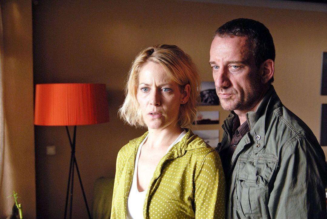 Corinne (Stefanie Japp, l.) beobachtet gemeinsam mit Matthias (Heio von Stetten, r.), wie ihr Mann die Wohnung belagert ... - Bildquelle: Hardy Spitz Sat.1